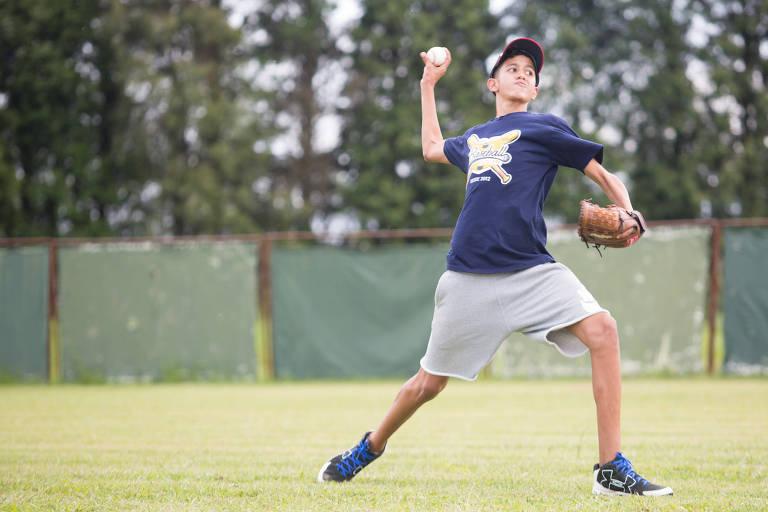 Kevin Medina, 14, arremessa em treino da academia da MLB em Ibiúna (SP)