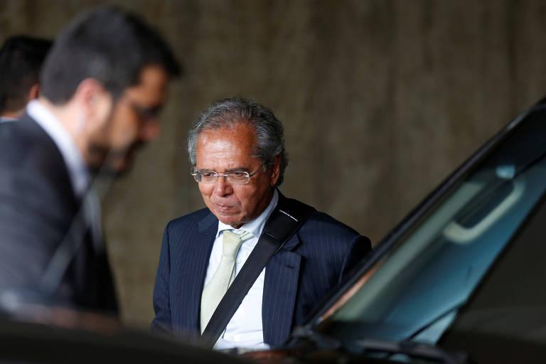 Imagem de Paulo Guedes entrando em um carro