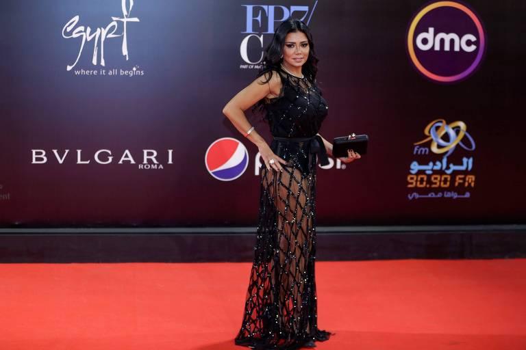 Atriz egípcia Rania Youssef posa no tapete vermelho no encerramento de festival
