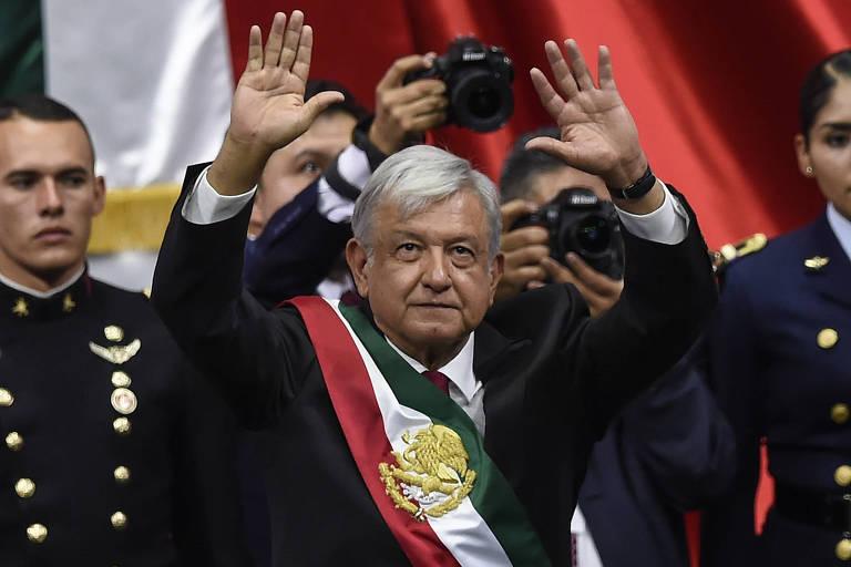 Andrés Manuel López Obrador, 65, acena após ser empossado presidente do México em cerimônia neste sábado (1º)