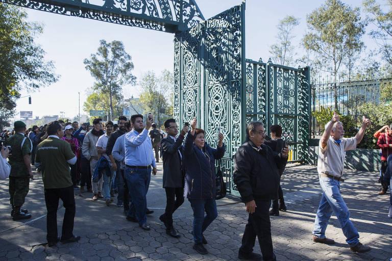 Mexicanos entram na residência oficial Los Pinos no primeiro dia de visitação pública desde a inauguração do local, em 1934