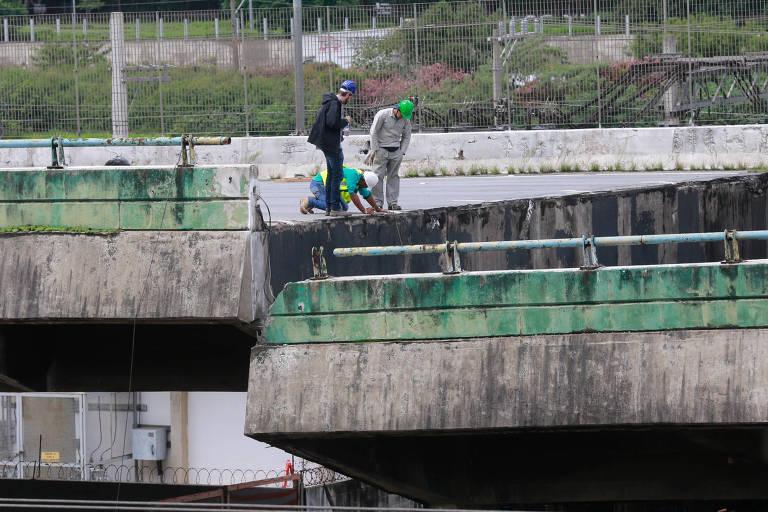 Equipe da prefeitura cumpriu primeira etapa de reerguimento de pista de viaduto que cedeu na marginal Pinheiros, em SP