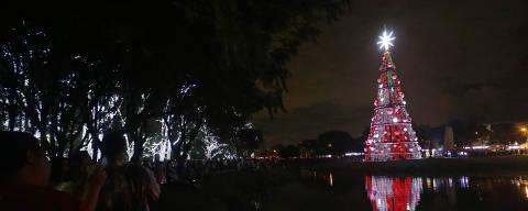 SAO PAULO, SP, 01.12.2018: COTIDIANO-INAUGURACAO ARVORE DE NATAL IBIRAPUERA - A tradicional arvore de Natal do parque Ibirapuera e inaugurada durante a noite deste sabado. Este ano a arvore tem 43 metros de altura, 15,5 metros de diametro, mais de 250 enfeites entre lampadas, cristais em formato de floco de neve, bolas com simbolos natalinos e uma grande estrela no topo. (Nelson Antoine/Folhapress, COTIDIANO) ***EXCLUSIVO FOLHA***