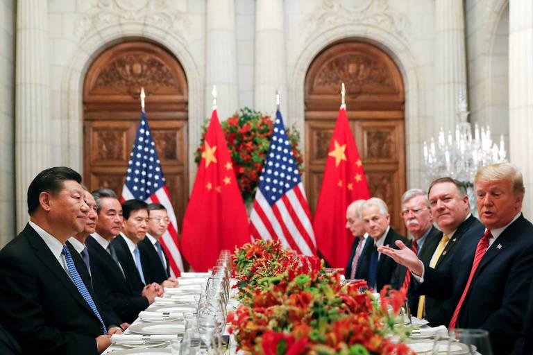Xi Jinping e Donald Trump, acompanhados por suas delegações, antes do jantar em Buenos Aires