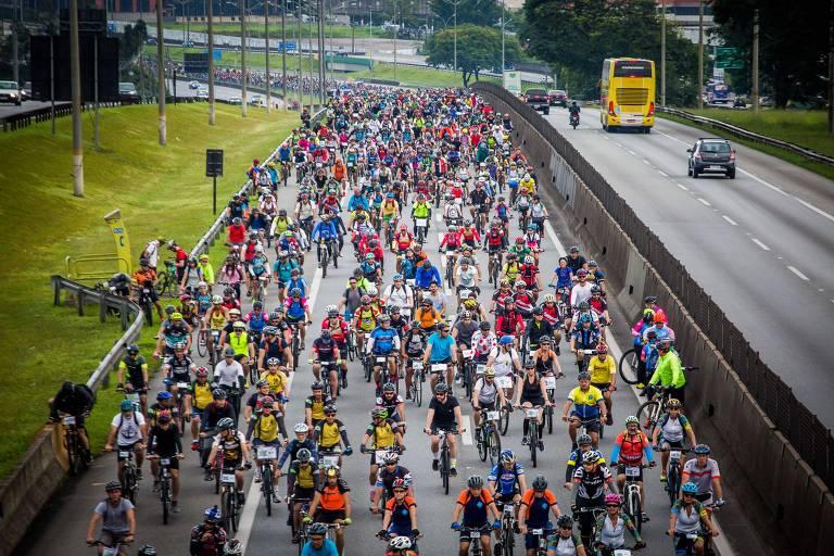 Dezenas de ciclistas na rodovia Anchieta