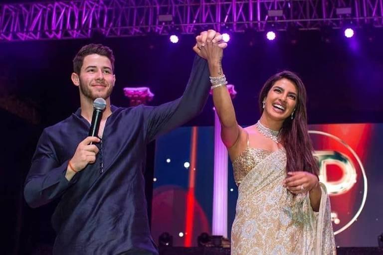 Priyanka Chopra e Nick Jonas durante o Sangeet, cerimônia musical que antecede o casamento indiano