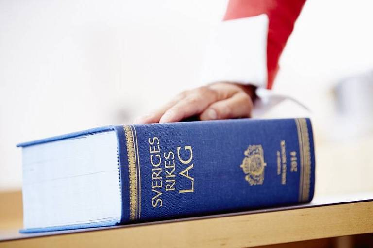 Um livro de direito de capa azul em cima de uma mesa
