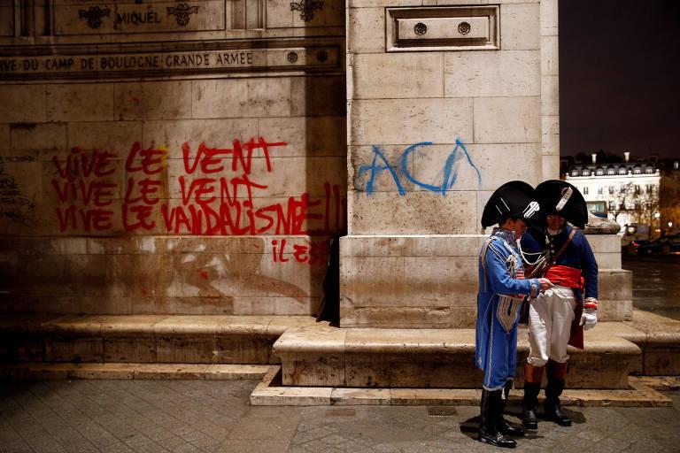 'Coletes amarelos' protestam em Paris