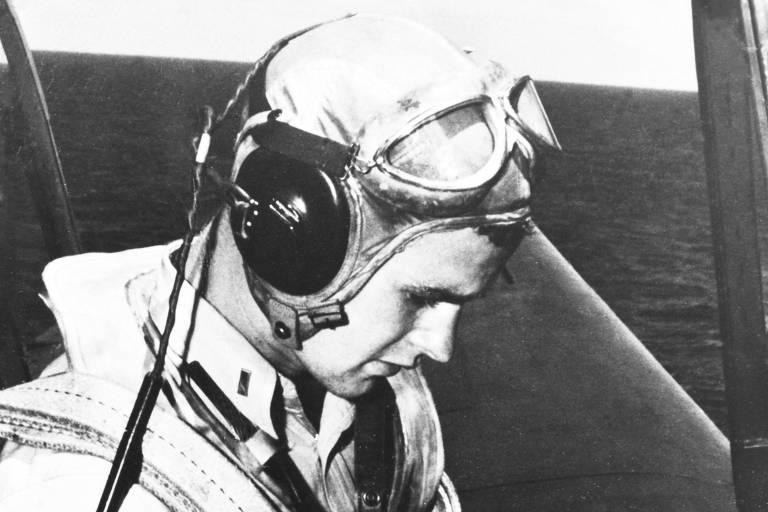 George H. W. Bush em um caça durante a Segunda Guerra, em imagem sem data