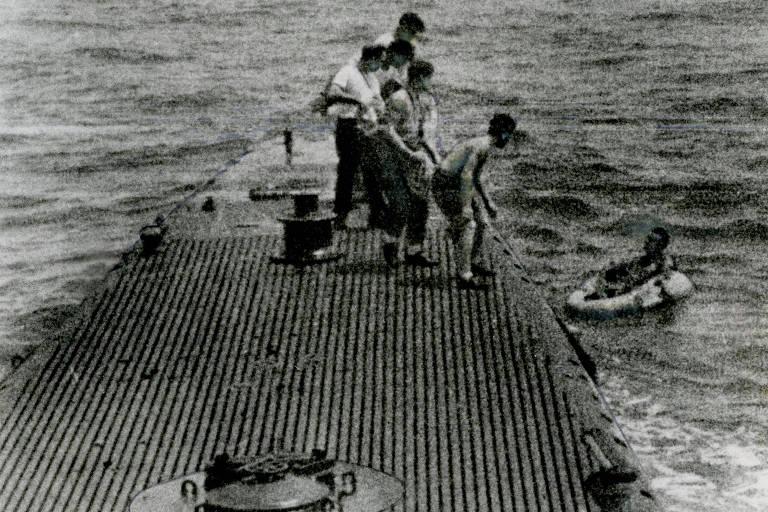 O momento que George Bush (no bote à direita) é resgatado por um submarino americano