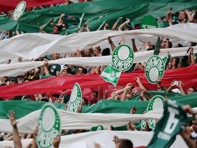 f4f08f3c7ba11 Torcedores com faixas e cartazes durante o jogo entre Palmeiras e Vitória