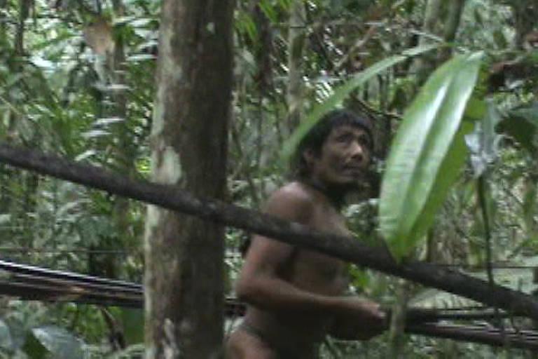 Foto de indígena Kawahiva, no Brasil, tirada em raro encontro com a Funai