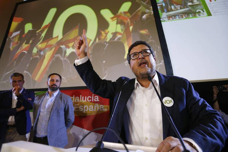 O candidato ao governo andaluz pelo partido de ultradireita Vox, Francisco Serrano, fala a apoiadores após resultado das eleições regionais no domingo (2)