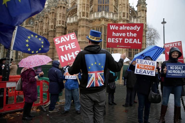 """Manifestantes pró-União Europeia (esq.) e a favor do """"brexit"""" protestam na frente do Parlamento britânico"""