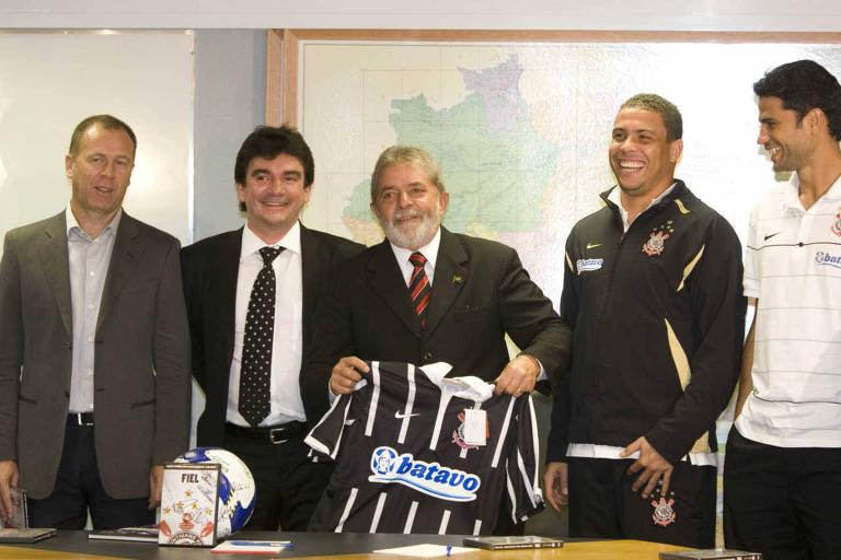 O ex-presidente Lula com o técnico Mano Menezes, o presidente Andrés Sanchez e os ex-atletas Ronaldo e William, durante encontro em maio de 2009