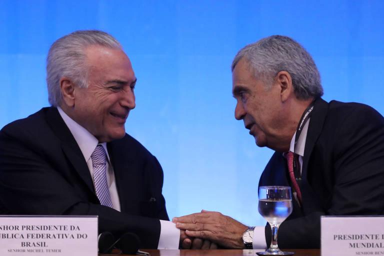 O Presidente Michel Temer cumprimenta Benedito Braga, então presidente do Conselho Mundial da Água, durante  abertura do Fórum Mundial da Água, em Brasília