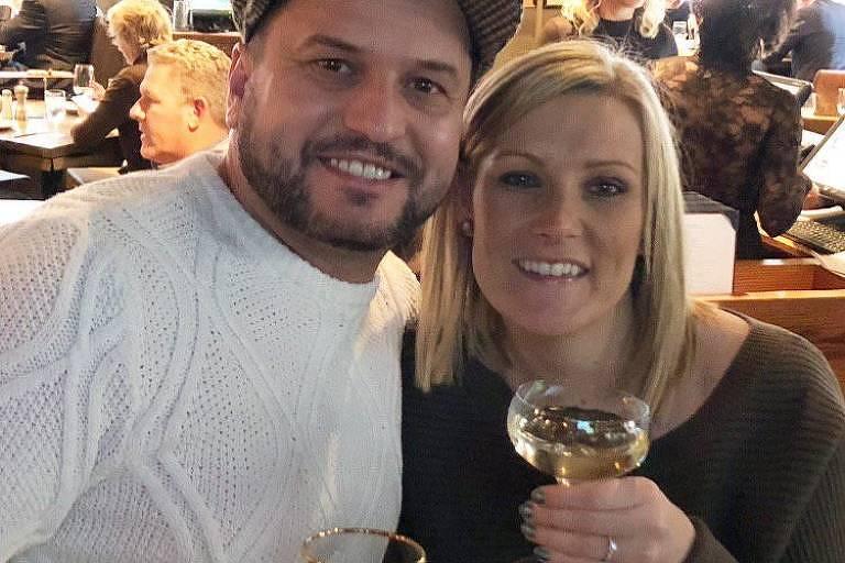 John Drennan, 36, e Daniella Anthony, 34, antes antes que seu anel de noivado escorregasse e caísse por uma grade na Times Square