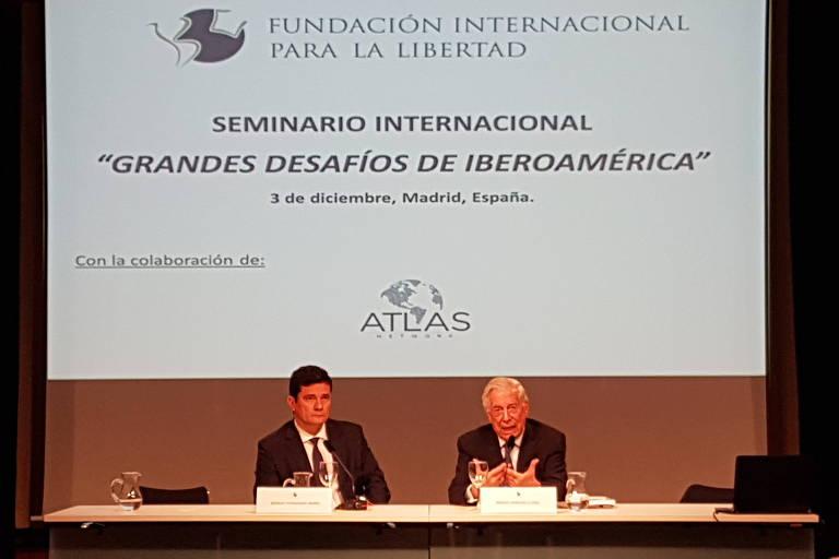 Ex-juiz Sergio Moro ao lado do escritor peruano Mario Vargas Llosa, em seminário sobre a política da América Latina em Madri, capital da Espanha, nesta segunda-feira (3). Lucas Neves - 3.dez.2018/Folhapress