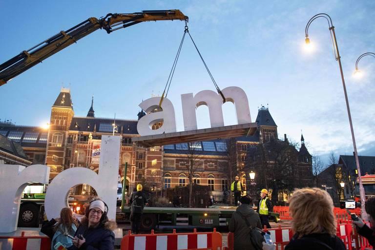 Letreiro 'I Amsterdam' foi removido da Praça dos Museus, em Amsterdã, no dia 3 de dezembro