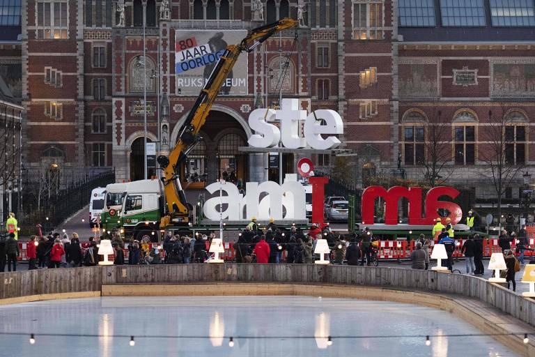 """Equipes trabalham na remoção do letreiro """"I Amsterdam"""", na capital holandesa"""