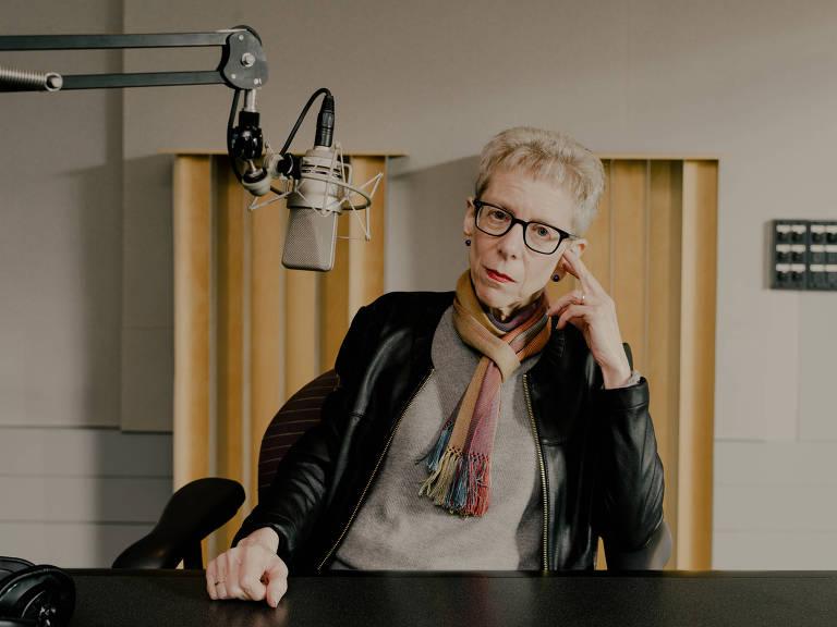 A apresentadora Terry Gross, em frente a um microfone