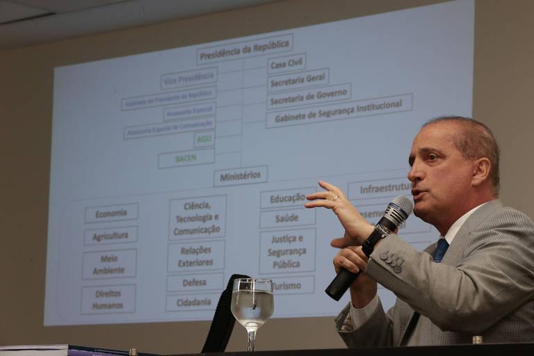 O futuro ministro da Casa Civil no governo Bolsonaro, Onyx Lorenzoni, durante coletiva de imprensa para anunciar a estrutura e o organograma dos ministérios
