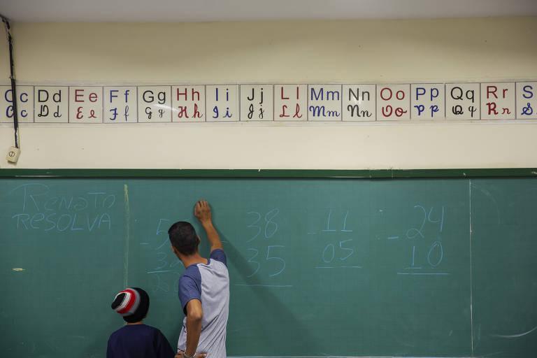 Professor durante aula de matemática em escola municipal de São Paulo