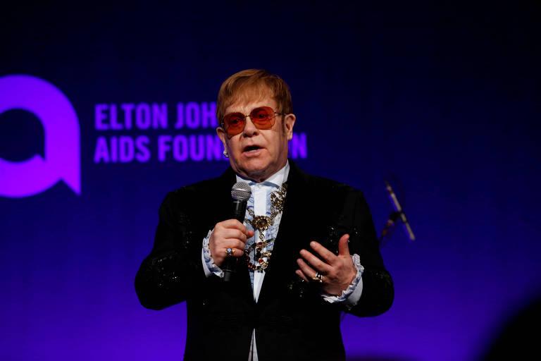 Elton John discursa durante evento da Elton John AIDS Foundation em Nova York