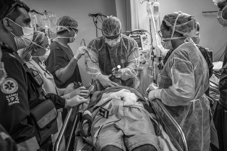 Equipe médica do Hospital Regional do Cariri, em Juazeiro do Norte (CE), atende vítima de acidente de moto