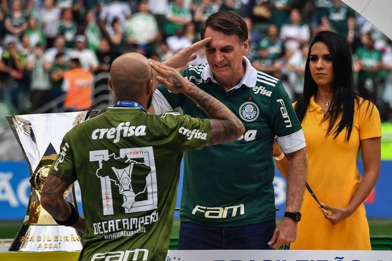 O hábito de Jair Bolsonaro de prestar continência