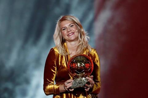 Soccer Football - 63rd Ballon d'Or - The Grand Palais, Paris, France - December 3, 2018   Olympique Lyonnais' Ada Hegerberg with the Women's Ballon d'Or award   REUTERS/Benoit Tessier     TPX IMAGES OF THE DAY ORG XMIT: AI