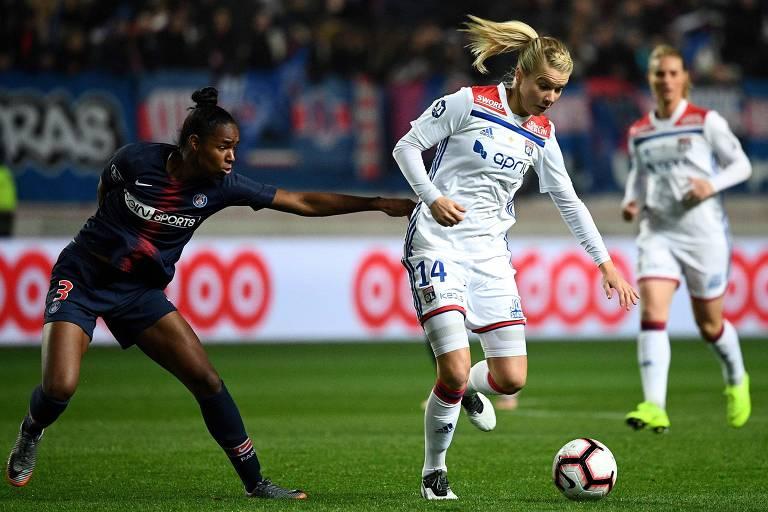 A norueguesa em ação pelo Lyon durante jogo do Campeonato Francês contra o Paris Saint-Germain