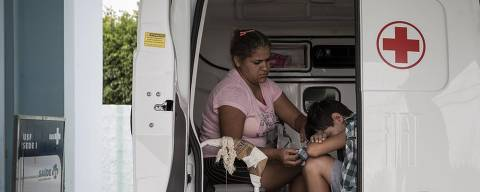 SÍTIO DO QUINTO - BA - BRASIL, 27-11-2018, 12h00: MAIS MÉDICOS. Após a saída dos médicos cubanos, o município de Sítio do Quinto, no sertão baiano, está aguardando a chegada dos novos médicos na cidade. Enquanto isso a população está sendo atendida por enfermeiros e os casos mais graves são encaminhandos para cidades com mais recursos. A dona de casa Daniela Andrade, 27 anos, e o filho de 11 anos, Reinam Carvalho - diagnosticado com catapora -, foram atendios na Unidade Básica de Saúde do centro da cidade e encaminhados para a UBS na cidade de Antas, vizinha de Sítio do Quinto.  (Foto: Adriano Vizoni/Folhapress, ESPECIAIS) ***EXCLUSIVO FSP***