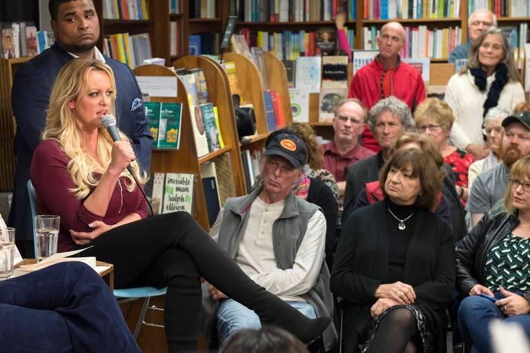 A atriz pornô Stormy Daniels durante evento em livraria de Washington