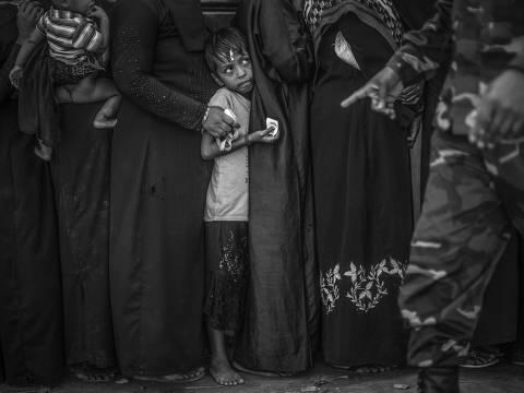 ***EXCLUSIVO FOLHA*** UKHIYA, COX'S BAZAR, BANGLADESH, 14.12.2017: Soldados do exército de Bangladesh controlam fila em centro de distribuição de alimentos no campo de refugiados de Balukhali, em Bangladesh. (Foto: André Coelho/Folhapress, EDITORIA INTERNACIONAL)