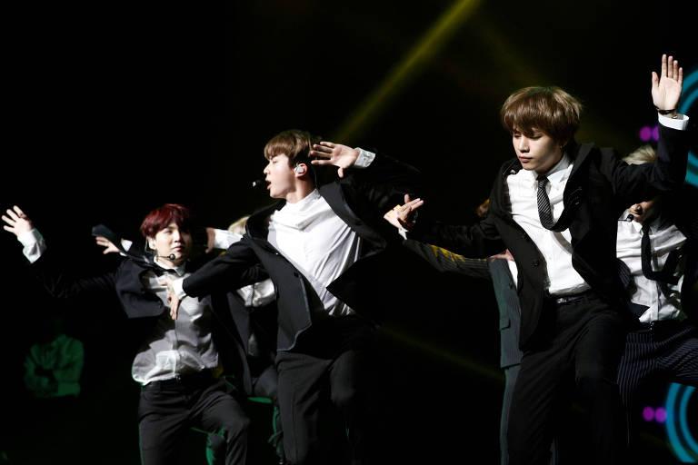 O grupo de k-pop BTS durante apresentação em Paris, na França