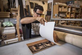 Especial  Emprego do Futuro/Futuro do Emprego. Passo a Passo de uma Xilogravura. Artista Fernando Vilela,45, junta matriz ao  papel para passar  pelo rolo de sua impressora  durante processo de confeccao da xilogravura  em seu atelier na Lapa