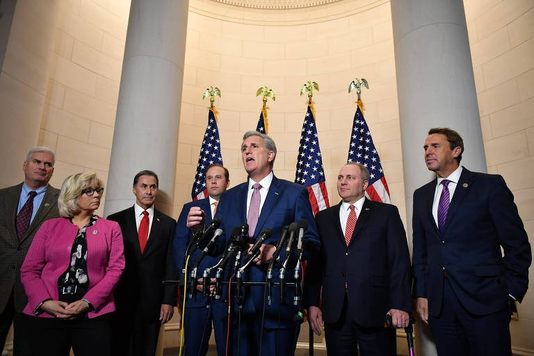 O líder da maioria na Câmara dos EUA, Kevin McCarthy, com deputados republicanos no Capitólio em Washington (EUA)