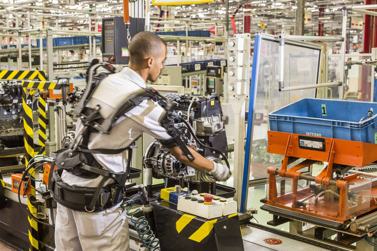 Robôs ajudam e substituem humanos