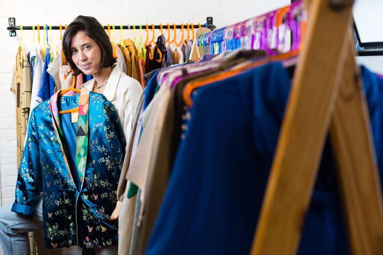 A publicitária Camilla Marinho, fundadora do projeto DAMN Hub, posa para foto em sua loja
