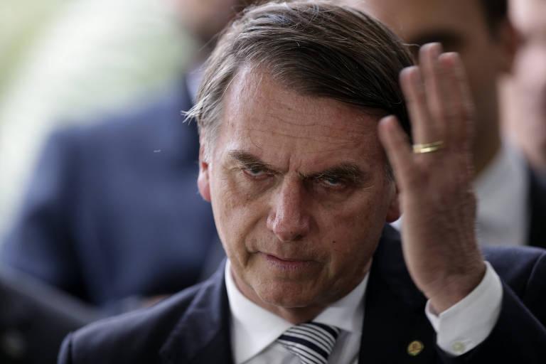 O presidente eleito, Jair Bolsonaro, fala com a imprensa ao deixar o CCBB, sede do governo de transição