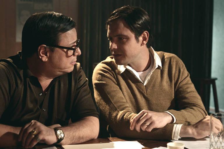 Primeira imagem de Thelmo Fernandes como Vinicius de Moraes e Sérgio Guizé como Tom Jobim na minissérie 'Elis – Viver é melhor que sonhar