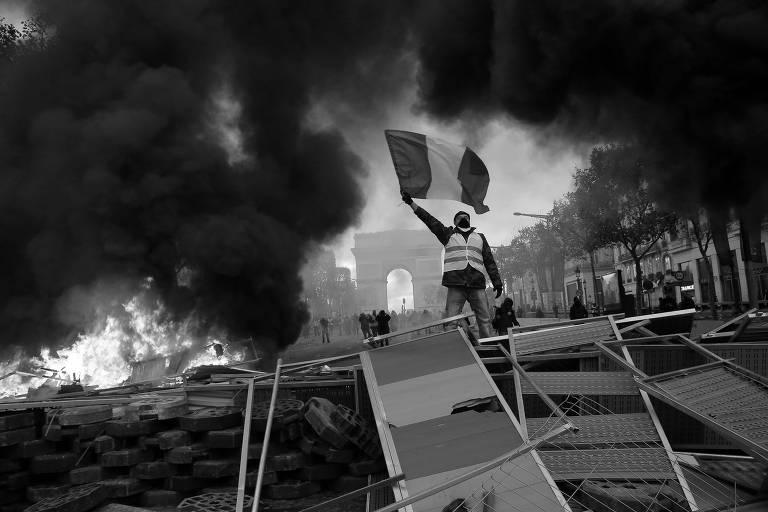 Manifestante durante ato em Paris contra o aumento de um imposto sobre os combustíveis
