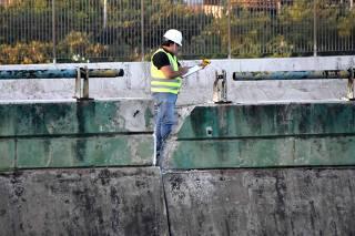 Técnico trabalha no nivelamento do viaduto que cedeu na marginal Pinheiros (SP)