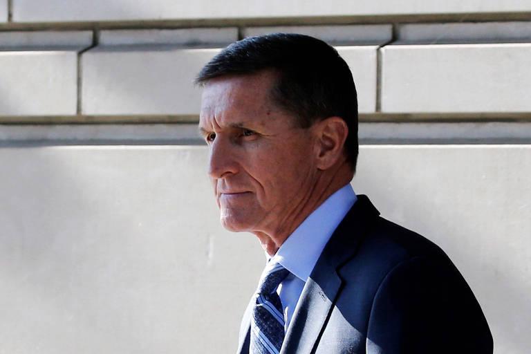 O ex-assessor de Segurança Nacional de Trump Michael Flynn deixa tribunal em Washington