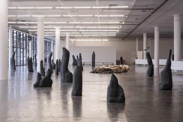 """""""Ilha Brasilis"""", obra da artista paulistana Denise Milan na Bienal de São Paulo é uma série de pedras e cristais dispostos num dos espaços do Pavilhão da Bienal"""