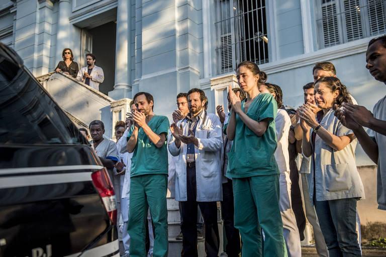 Equipe de médicos prestam homenagens a Samuel (Stepan Nercessian) na segunda temporada