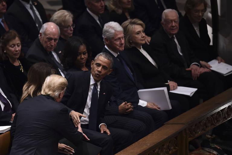 No primeiro encontro entre eles desde a posse de Donald Trump, o atual presidente cumprimenta Barack Obama durante o funeral de George H. W. Bush