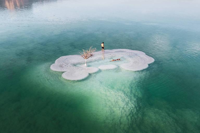 Ilha de sal flutua sobre água cristalina de tom esverdeado