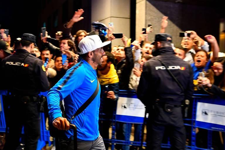 Carlos Tevez passa por torcedores na chegada dos jogadores do Boca Juniors em Madri, antes da final da Libertadores